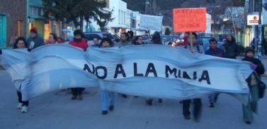 Caravana con bocinazos en la marcha del  NO A LA MINA en Esquel