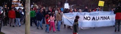 """Marcha en Esquel """"hasta que se vayan las mineras contaminadoras y saqueadoras"""""""