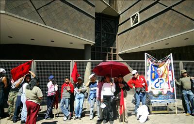 Bloquean la embajada de Canadá en México para protestar por la explotación de una mina