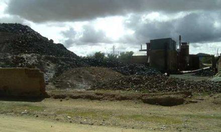 Crucifixión simbólica en un cerro de residuos tóxicos de plomo en Abra Pampa