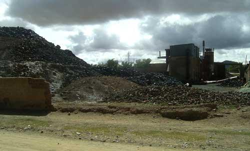 Planta abandonda de Metal Huasi y montañas de plomo