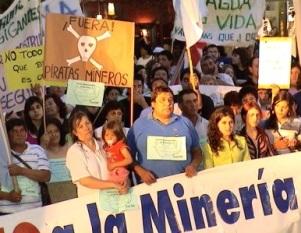 Manifestantes en contra de la megaminería (foto archivo)