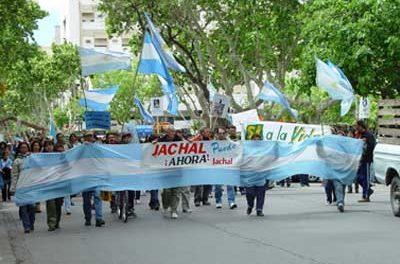Por orden del Gobernador Gioja detuvieron en Jachal a manifestantes por tener un cartel que decía 'San Juan puede vivir sin oro pero no sin agua'