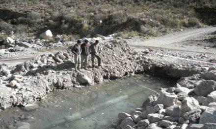 Parados al pie de otro derrame del mineraloducto de Minera Bajo La Alumbrera