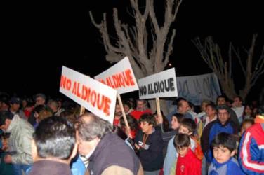 Mas de mil personas en Sarmiento hicieron una marcha y bocinazo contra el proyecto Los Monos que embalsará agua para petroleras y mineras