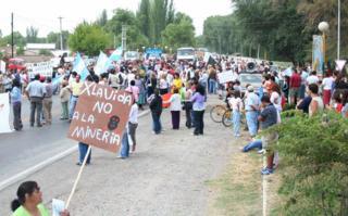 Un millar de vecinos bloqueó la ruta 40 contra explotación minera en Mendoza