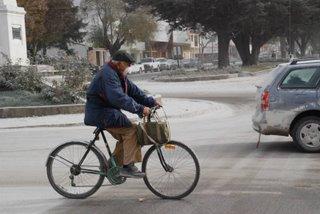 Las calles de Esquel, la gente y las cenizas (foto Germán Pasini)