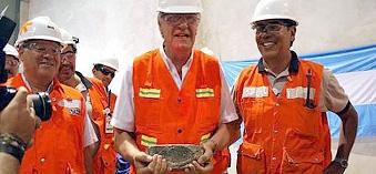 Gioja, un gobernador de oro (cianuro y dólares). El Ultimo gran aliado de Kirchner y las mineras. Exhibió su 1er. lingote de oro producto del veto de Cristina a la Ley de Glaciares.