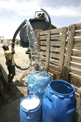 Distribución de agua con camión cisterna en Oasis de Villa, 10 km al sur de Lima.