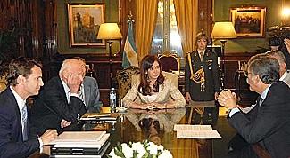 La presidenta, de espalda Julio Devido y a la izq. Peter Munk con las manos en la cara.