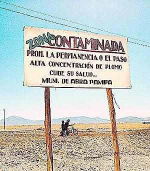 Cartel de advertencia en Abra Pampa, cerca de Carahuasi
