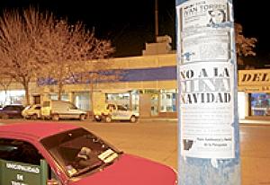 Afiches contra el proyecto Navidad pegados en la ciudad de Trelew