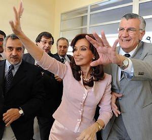 Cristina saluda a las cámaras junto al gobernador de San Juan, Jose Luis Gioja