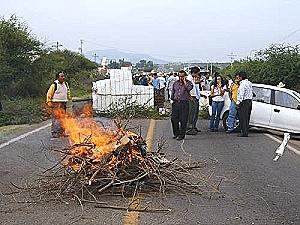 Cortan ruta pidiendo cierre de mina por dañar el ambiente