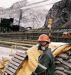 Anuncian trabajadores de minera bloqueo de rutas en Perú