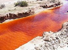 Arroyo con drenaje ácido de la mina Pan de Azúcar