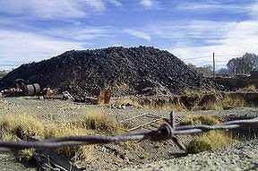 Montaña de plomo en ex refomería Metal Huasi