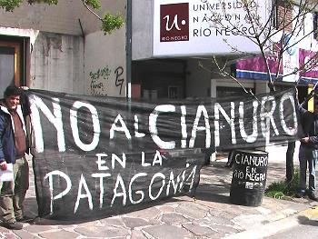 Protesta contra la minería en la puerta de UN de Rio Negro en Bariloche