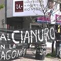 En la puerde la Universidad de Río Negro en Bariloche