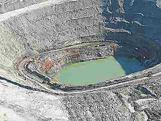 Imágen aérea del estado en que se encuentra la corta minera de Las Cruces, en Sevilla.