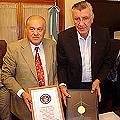 El gobernador sanjuanino José L. Gioja (der) recibe el Guinness de Barrick Gold