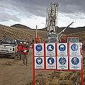Mineras cercan sus yacimientos con campos propios