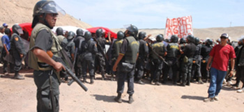 Una multitud en el corte y protesta contra proyecto minero  Tía María