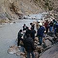 Colapsa dique y vuelca relaves sobre cuenca