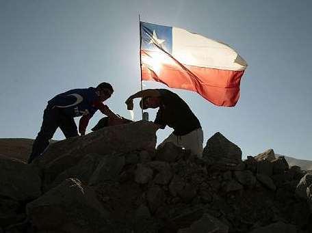 Bandera chilena en medio del rescate en Mina San José