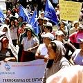 Manifestantes en respaldo de los acusados en la puerta del tribunal