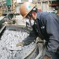 Mineros en flotación burbujeante