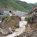 Colapso en presa de relaves afecta cultivos y río