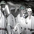 Más de 60 mineros siguen atrapados en mina de platino
