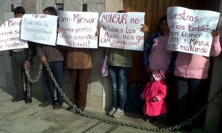 Estafados por contratista de Minsur protestaron encadenándose