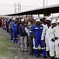 Miles de mineros sudafricanos hacen huelga por mejoras salariales