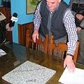 Vecinos entregaron baldosa que recuerda el histórico plebiscito del 2003