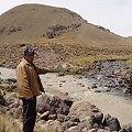 Pobladores bloquean Minera Arasi por muerte de peces en el río