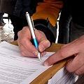 Marcha bajo la lluvia y primeras firmas de la iniciativa popular