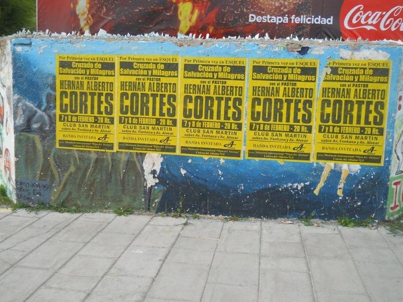 Un predicador invadió las calles de Esquel con afiches que taparon mural de la lucha esquelense