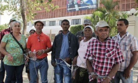 Campesinos desalojados por Barrick Gold se encadenan frente al congreso dominicano