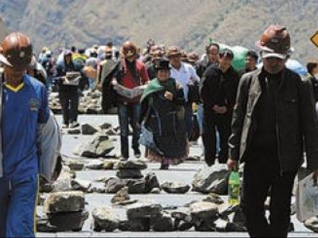 Cooperativistas instalan puntos de bloqueo contra la ley minera en Bolivia