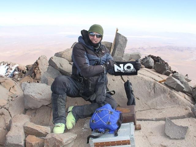 """La bandera del """"No a la Mina"""" a 6739 metros de altura"""