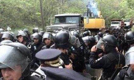 La minera alimenta a los policìas que la custodian