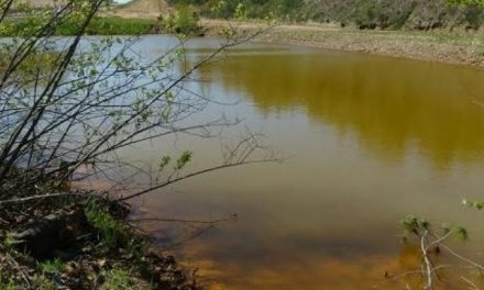 La antigua actividad de la mina de Touro devasta el ecosistema en el río Portapego