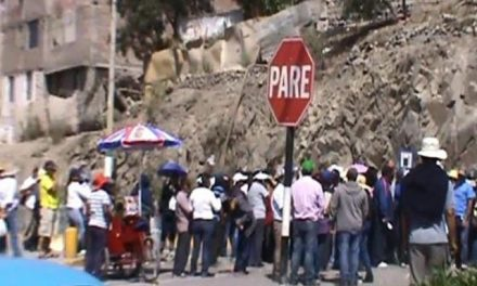 Pobladores bloquean camino a centro miero Cerro Verde