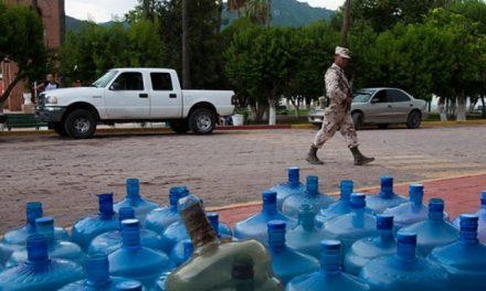 Gobierno y minera que derramó tóxicos distribuyen agua a la población