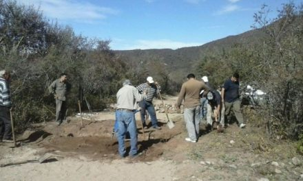 Los vecinos en la jornada de trabajo bloqueando la mina de uranio