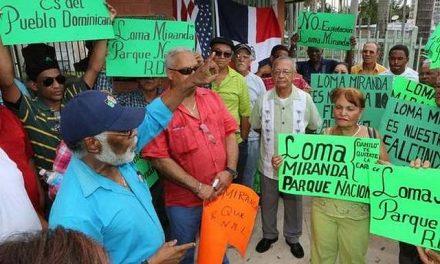 Dominicanos protestan en contra de exploración minera en Loma Miranda