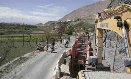 Pobladores de Congata reinician huelga lanzando huevos a vehículos de minera