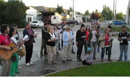 Vecinos del No a la Mina cantaron una «serenata» a diputados provinciales